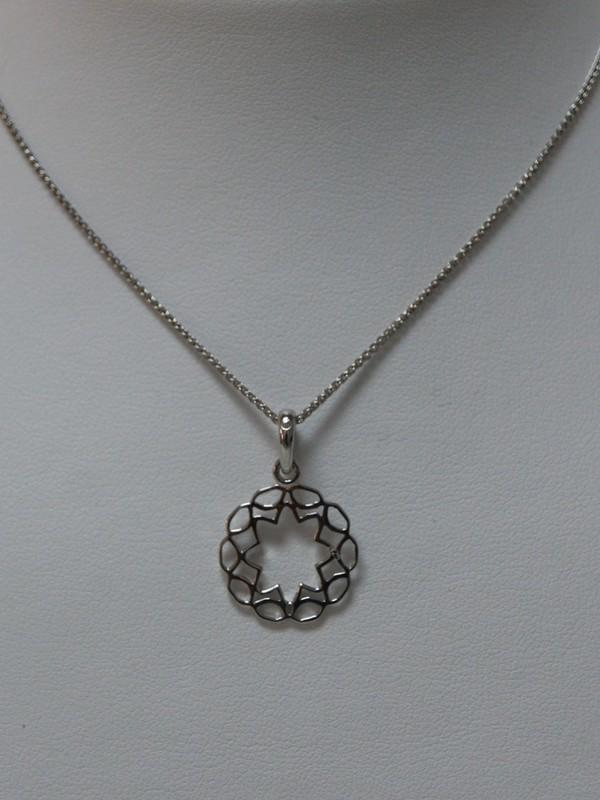 Zilveren collier met centrale bloem