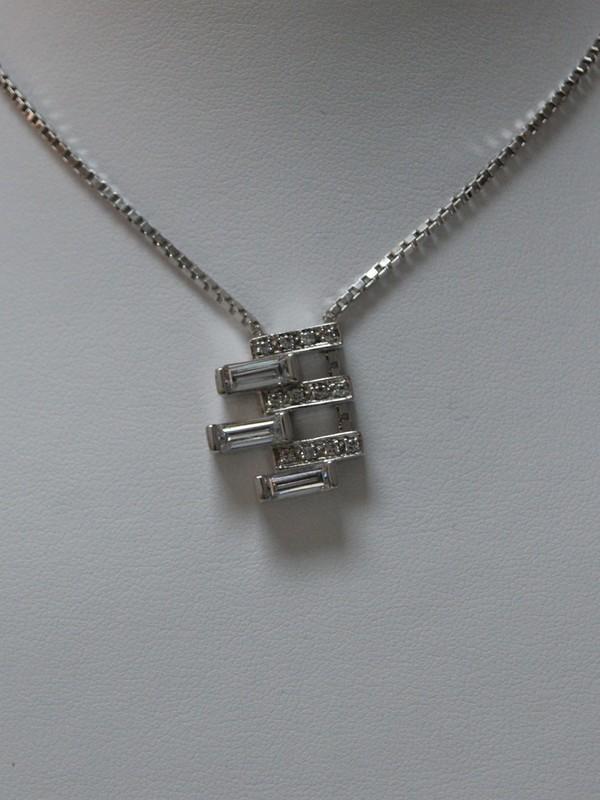 Zilveren collier met ingezette zirconia hanger