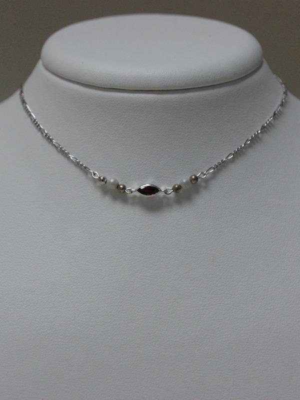 Zilveren collier met parels en granaat