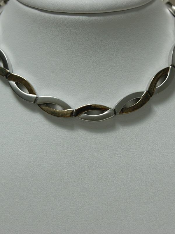 Zilveren collier met ovaalvormig motief