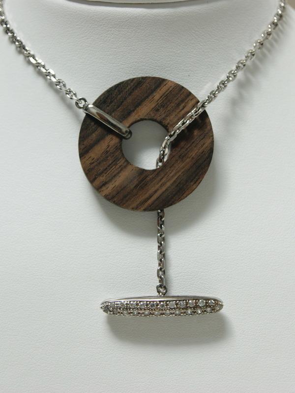 Verschuifbare zilveren collier met houtmotief en zirconia