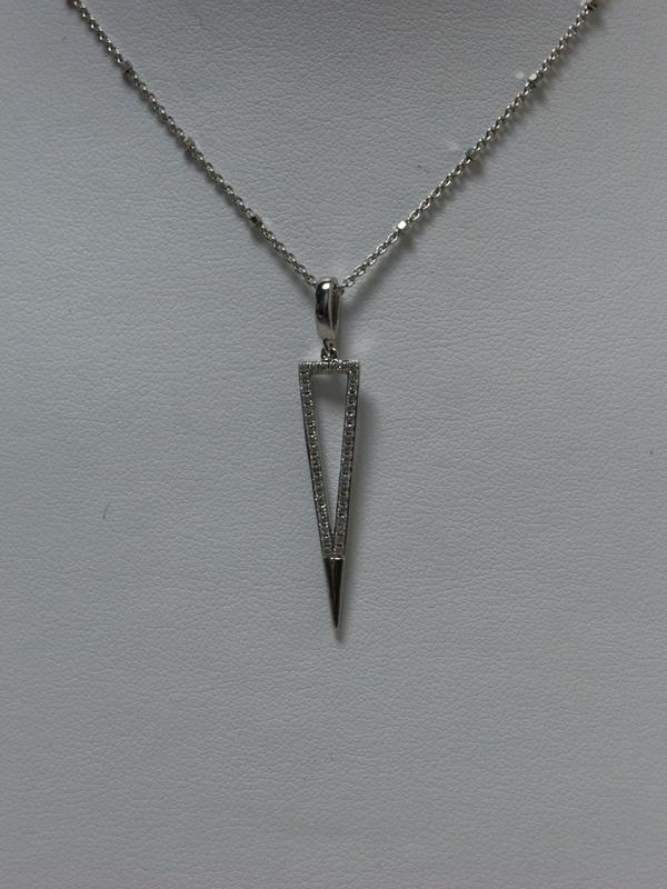 Zilveren collier met driehoekvormige hanger en ingezette zirconia
