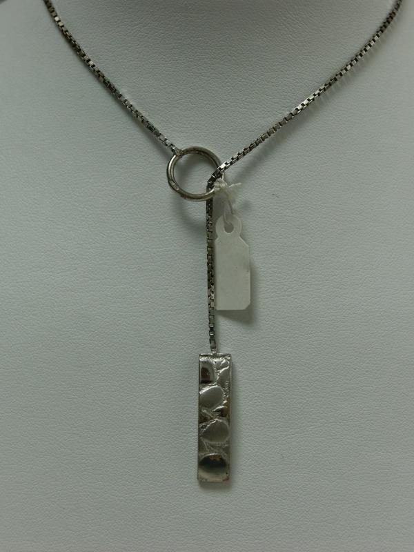 Verschuifbare zilveren collier met reliefhanger