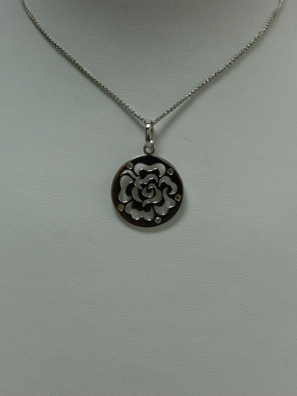 Zilveren collier met hanger met uitgesneden roos